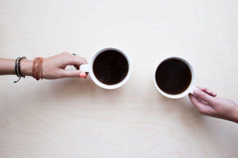 мужчина любит кофе